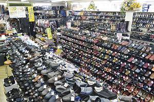 ▲靴からカバンまでリーズナブルな商品が多数。