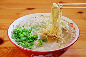 ▲スープが染み込む低加水麺の広島ラーメン。