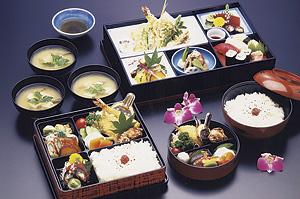 天ぷらや揚げ物が入ったお弁当も人気です。