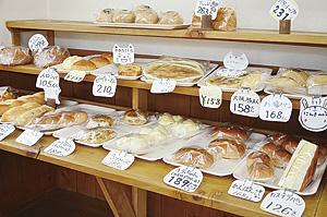 ▲焼きたてパンがずらり並ぶ店内。