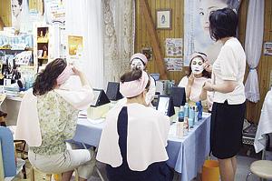 ▲店内にて化粧品講座を月2回開催しています。