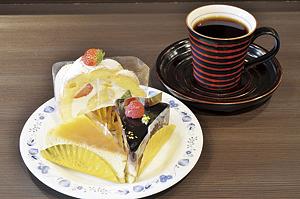 ▲妹さんが営む「ふぁぶ〜る」のケーキとともに。